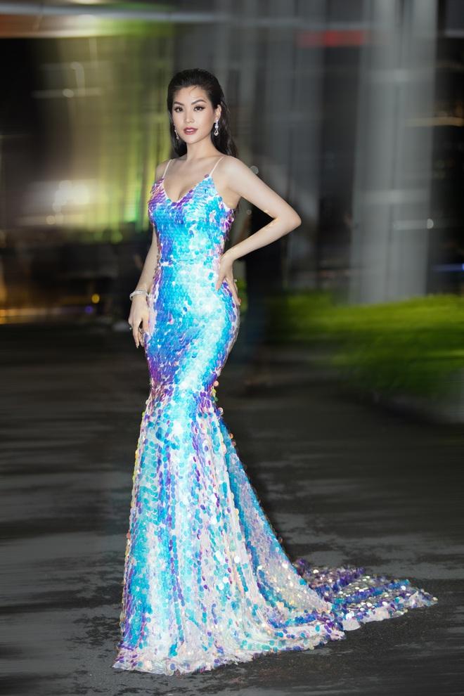 Hoa hậu Lương Thùy Linh vấp ngã trên thảm đỏ - Ảnh 14.