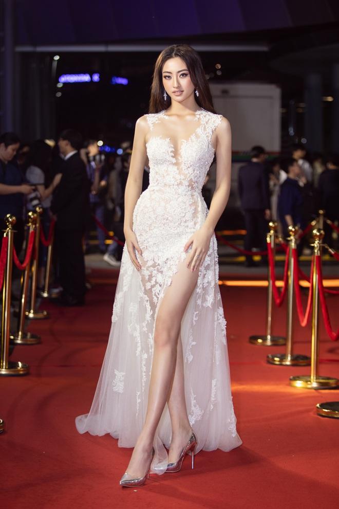 Hoa hậu Lương Thùy Linh vấp ngã trên thảm đỏ - Ảnh 2.