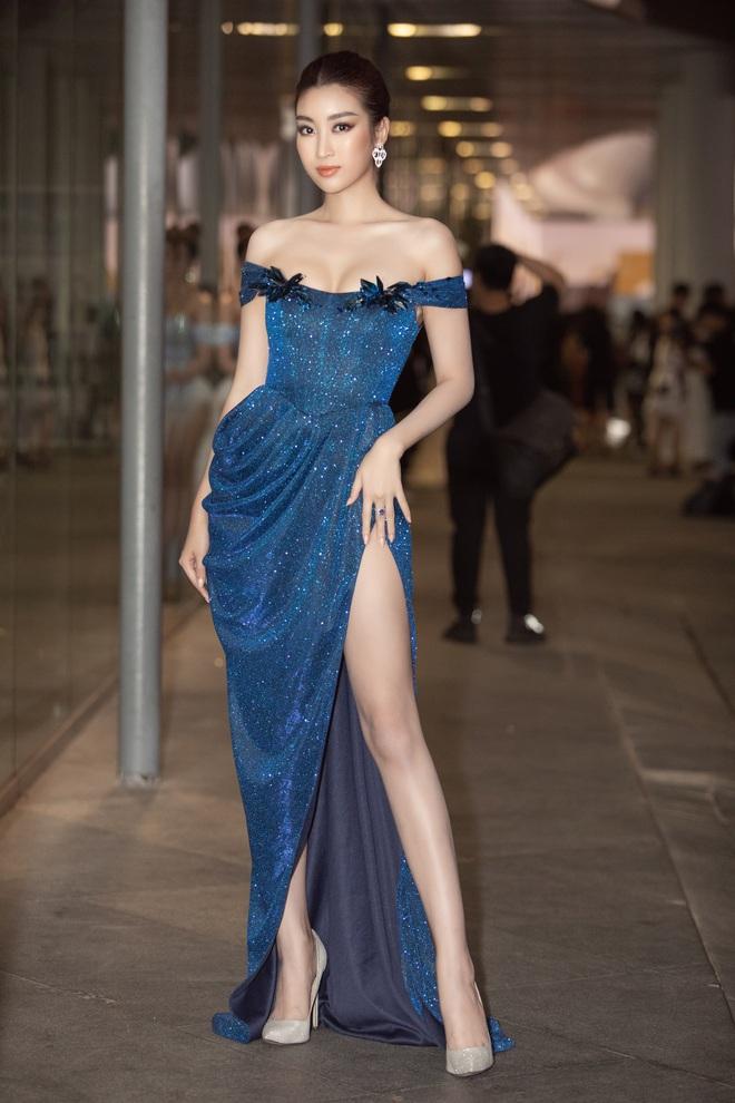 Hoa hậu Lương Thùy Linh vấp ngã trên thảm đỏ - Ảnh 3.