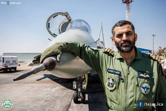 Máy bay chiến đấu do Ấn Độ sản xuất lần đầu tiên hạ cánh trên tàu sân bay - Ảnh 1.