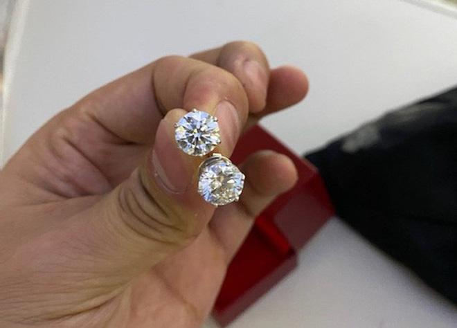 Chiếc túi đen chứa nhiều trang sức kim cương, đồng hồ hàng hiệu để quên trên máy bay - Ảnh 3.