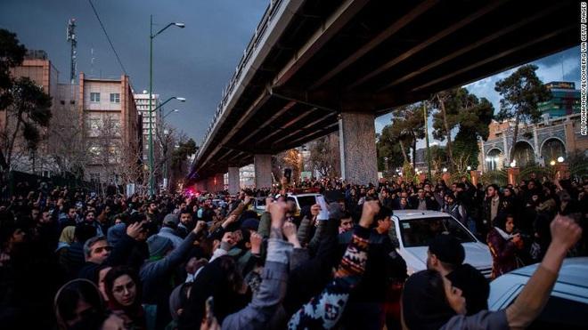 Iran chấn động vì biểu tình, ông Trump đổ thêm dầu vào lửa bằng thông điệp cực kỳ gay gắt - Ảnh 1.