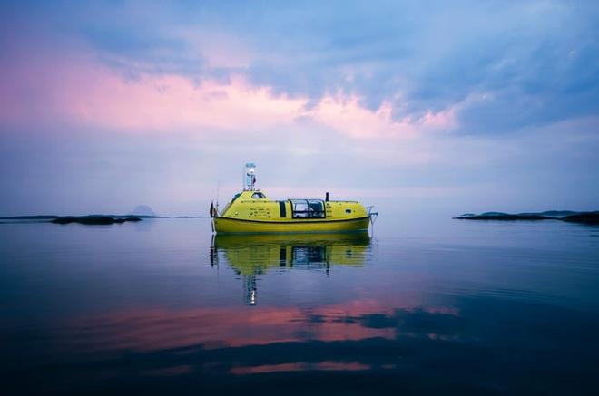 Hai kiến trúc sư đã tái chế một chiếc xuồng cứu sinh cũ và đang sử dụng nó để khám phá Bắc Cực cùng chú chó cưng của mình - Ảnh 1.