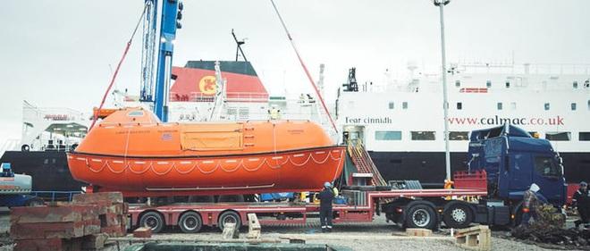 Hai kiến trúc sư đã tái chế một chiếc xuồng cứu sinh cũ và đang sử dụng nó để khám phá Bắc Cực cùng chú chó cưng của mình - Ảnh 4.