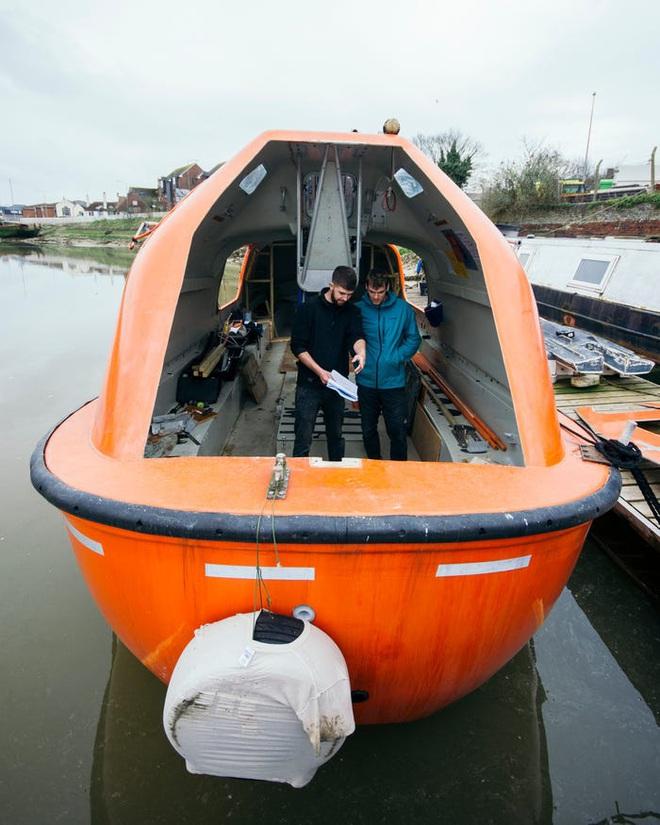 Hai kiến trúc sư đã tái chế một chiếc xuồng cứu sinh cũ và đang sử dụng nó để khám phá Bắc Cực cùng chú chó cưng của mình - Ảnh 5.