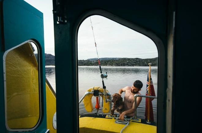 Hai kiến trúc sư đã tái chế một chiếc xuồng cứu sinh cũ và đang sử dụng nó để khám phá Bắc Cực cùng chú chó cưng của mình - Ảnh 10.
