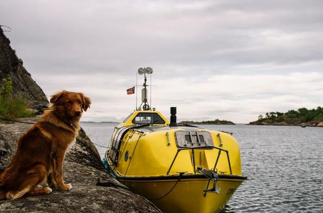 Hai kiến trúc sư đã tái chế một chiếc xuồng cứu sinh cũ và đang sử dụng nó để khám phá Bắc Cực cùng chú chó cưng của mình - Ảnh 14.