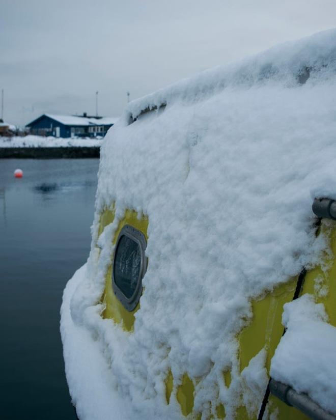 Hai kiến trúc sư đã tái chế một chiếc xuồng cứu sinh cũ và đang sử dụng nó để khám phá Bắc Cực cùng chú chó cưng của mình - Ảnh 21.