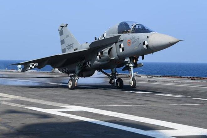 Máy bay chiến đấu do Ấn Độ sản xuất lần đầu tiên hạ cánh trên tàu sân bay - Ảnh 3.