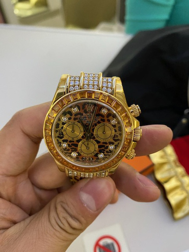 Chiếc túi đen chứa nhiều trang sức kim cương, đồng hồ hàng hiệu để quên trên máy bay - Ảnh 4.