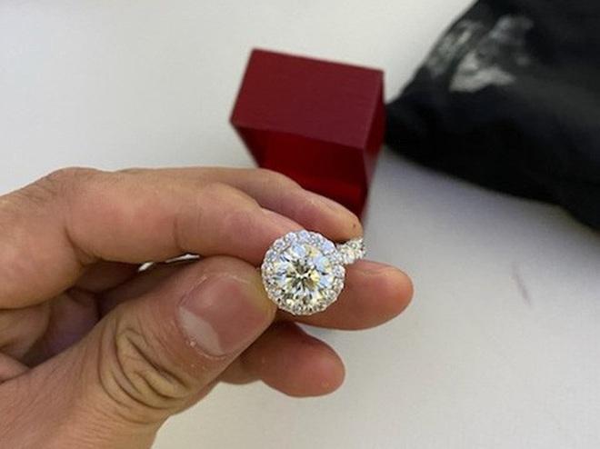 Chiếc túi đen chứa nhiều trang sức kim cương, đồng hồ hàng hiệu để quên trên máy bay - Ảnh 6.
