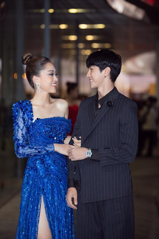 Hoa hậu Lương Thùy Linh vấp ngã trên thảm đỏ - Ảnh 10.