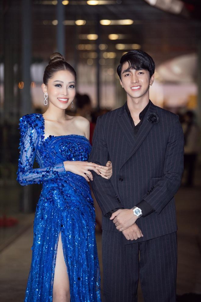 Hoa hậu Lương Thùy Linh vấp ngã trên thảm đỏ - Ảnh 9.