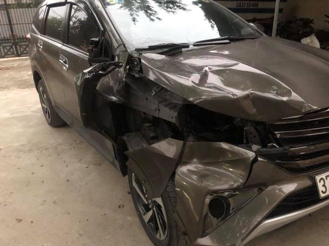 Tài xế chạy xe sang bỏ chạy sau khi tông thương vong 2 người đang dừng sửa xe bên đường - Ảnh 1.