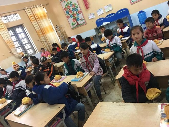 Biết học sinh nghèo chẳng bao giờ được ăn sáng, cô giáo quyết tâm tặng món quà đặc biệt trước kỳ nghỉ Tết khiến ai nấy rưng rưng - Ảnh 2.