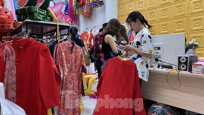 Dịch vụ cho thuê áo dài chụp ảnh đắt khách những ngày cận Tết - Ảnh 4.