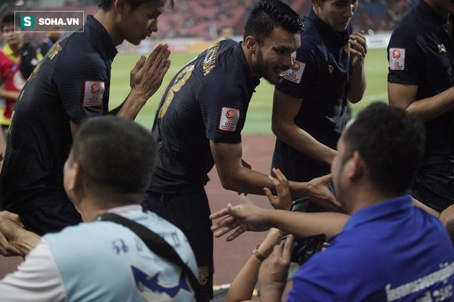 U23 Thái Lan ăn mừng cực sung, tri ân nhóm CĐV đặc biệt sau tấm vé lịch sử ở U23 châu Á - Ảnh 7.
