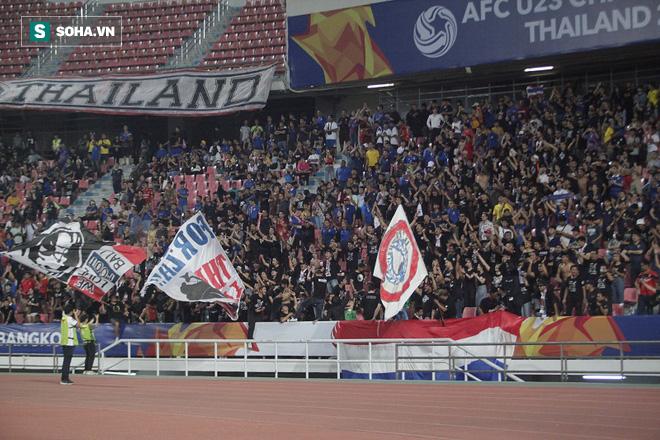 U23 Thái Lan ăn mừng cực sung, tri ân nhóm CĐV đặc biệt sau tấm vé lịch sử ở U23 châu Á - Ảnh 3.