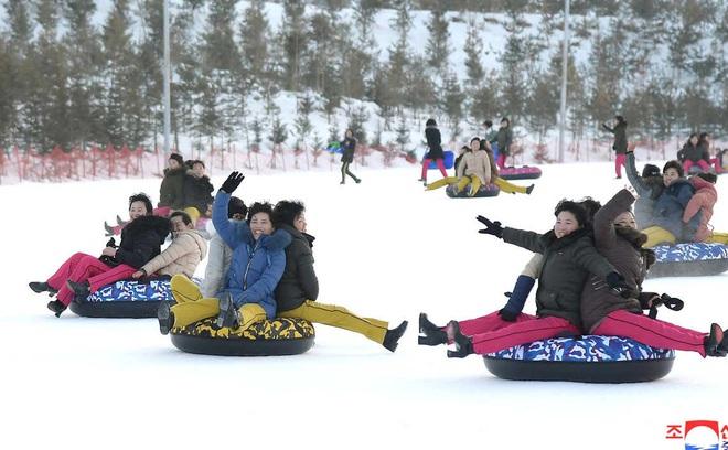 24h qua ảnh: Người dân Triều Tiên vui chơi trong khu nghỉ dưỡng - Ảnh 3.