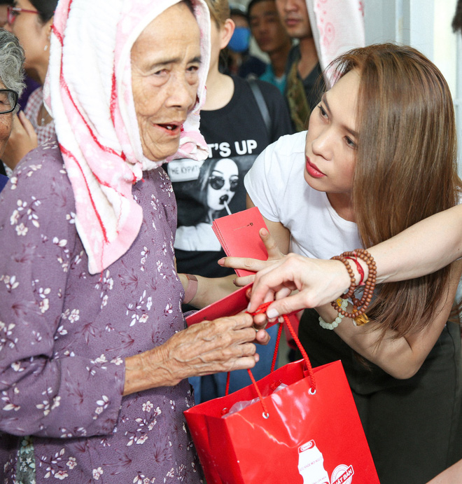 Mỹ Tâm giản dị, ân cần trao quà Tết cho bà con nghèo - Ảnh 2.