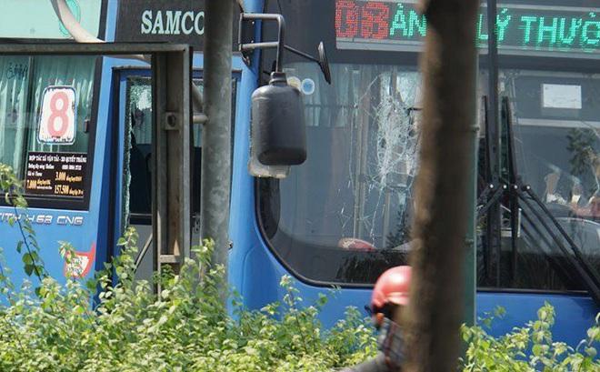 Khởi tố, truy bắt nhóm đối tượng cầm hung khí đập phá xe buýt trên đường ở Sài Gòn