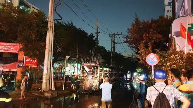 Bất ngờ cháy xe giường nằm, giao thông ùn ứ kéo dài ở Sài Gòn - Ảnh 1.