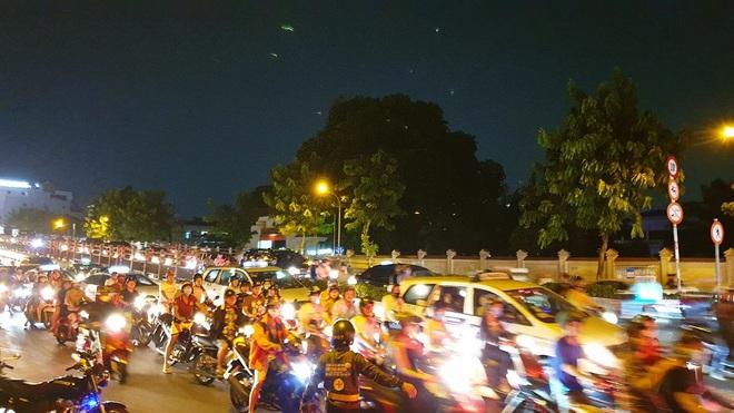 Bất ngờ cháy xe giường nằm, giao thông ùn ứ kéo dài ở Sài Gòn - Ảnh 3.
