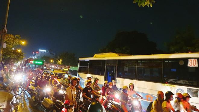 Bất ngờ cháy xe giường nằm, giao thông ùn ứ kéo dài ở Sài Gòn - Ảnh 2.