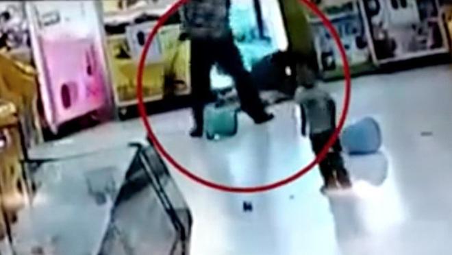 Bị bố lấy chổi đánh tới tấp ở siêu thị, phản ứng khó tin của bé gái và em trai khiến tất cả những người đứng chứng kiến đều nổi da gà - Ảnh 1.