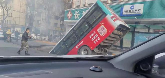 Xe buýt đang vào trạm bất ngờ gặp nạn khi mặt đường bị sập khiến 9 người tử vong - Ảnh 2.