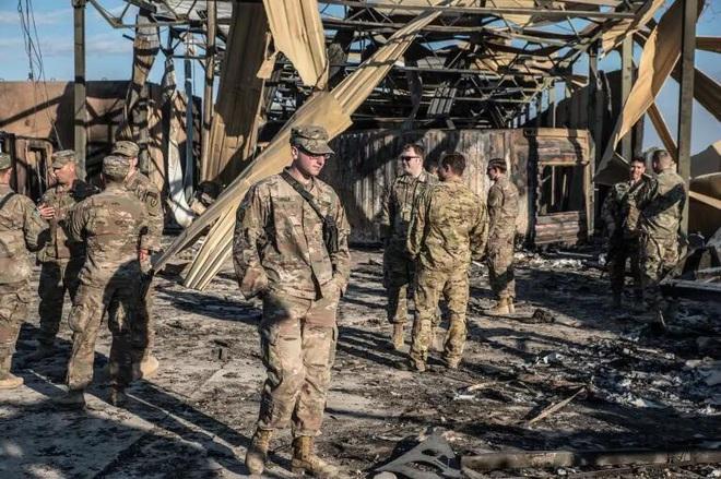 Binh sĩ Mỹ cười nói vui vẻ bên đống đổ nát trong căn cứ bị tên lửa Iran tấn công - Ảnh 7.