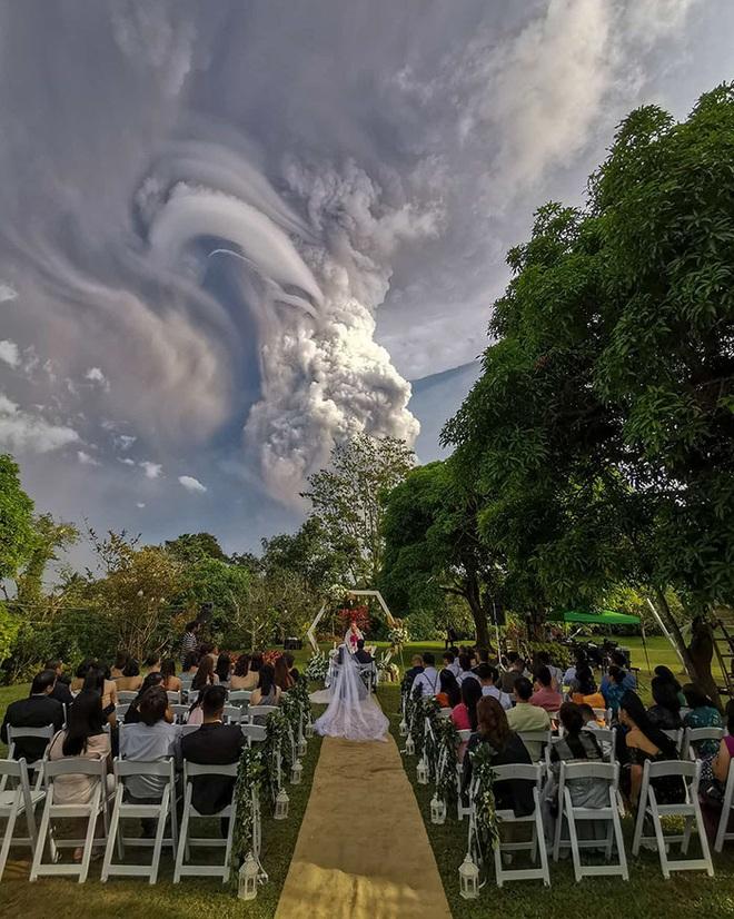 Loạt ảnh ấn tượng về núi lửa phun trào ở Philippines: Rất hùng vĩ nhưng cũng vô cùng khủng khiếp - Ảnh 2.