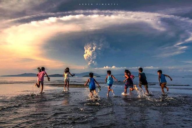 Loạt ảnh ấn tượng về núi lửa phun trào ở Philippines: Rất hùng vĩ nhưng cũng vô cùng khủng khiếp - Ảnh 3.