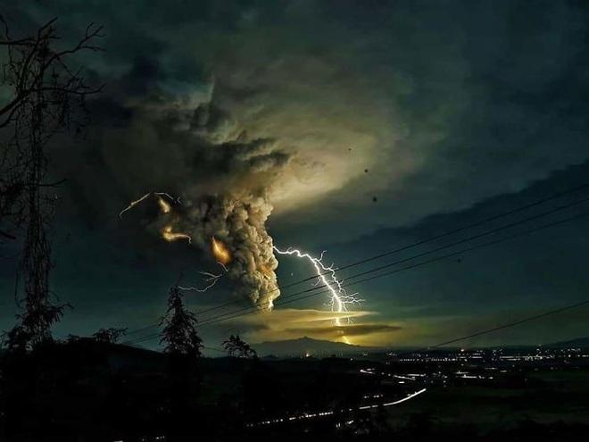 Loạt ảnh ấn tượng về núi lửa phun trào ở Philippines: Rất hùng vĩ nhưng cũng vô cùng khủng khiếp - Ảnh 4.