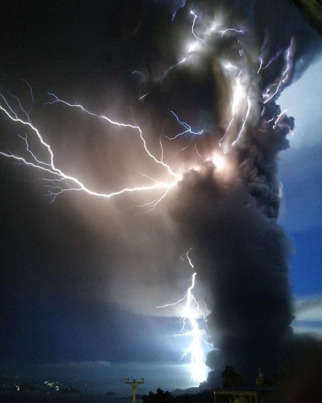 Loạt ảnh ấn tượng về núi lửa phun trào ở Philippines: Rất hùng vĩ nhưng cũng vô cùng khủng khiếp - Ảnh 5.
