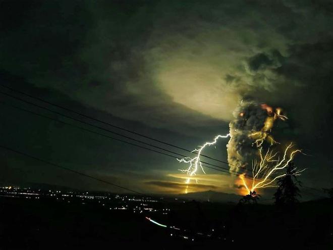 Loạt ảnh ấn tượng về núi lửa phun trào ở Philippines: Rất hùng vĩ nhưng cũng vô cùng khủng khiếp - Ảnh 9.