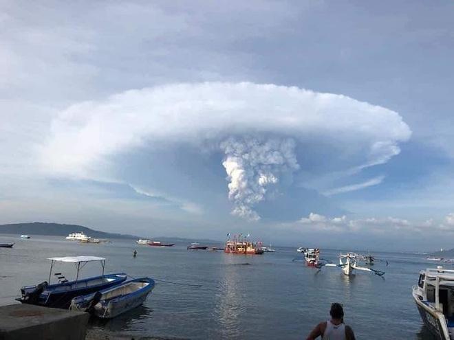 Loạt ảnh ấn tượng về núi lửa phun trào ở Philippines: Rất hùng vĩ nhưng cũng vô cùng khủng khiếp - Ảnh 13.