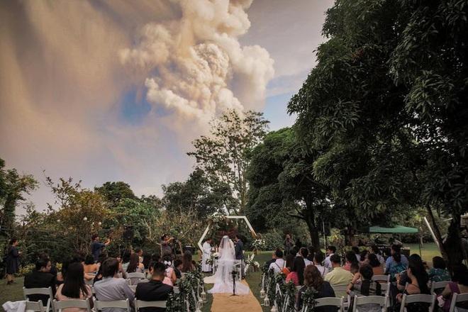 24h qua ảnh: Đám cưới ngay cạnh núi lửa phun trào ở Philippines - Ảnh 5.