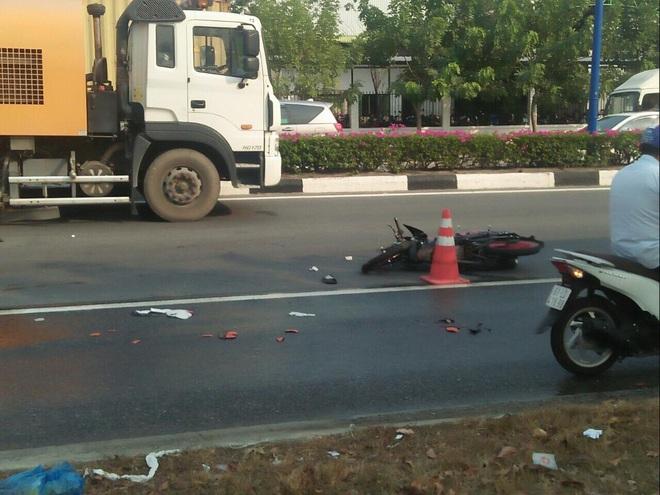 Xe máy chưa có biển số tông xe quét đường, 1 người chết, 1 người nguy kịch - Ảnh 1.