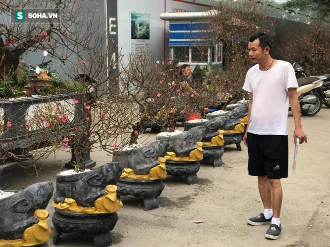 Chuột đen cưỡi vàng cõng hoa đào giá 2 triệu đồng hút khách dịp Tết 2020 - Ảnh 3.