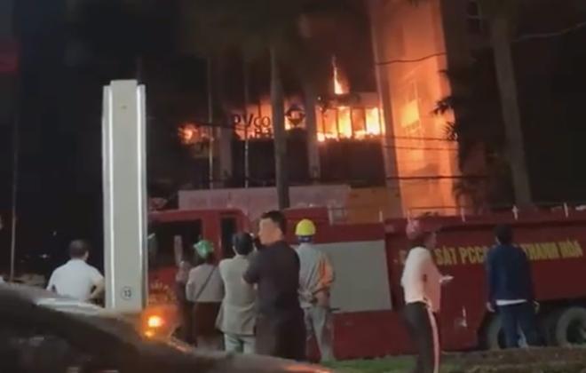 Cháy lớn ở tòa nhà dầu khí, nhiều người mắc kẹt, 1 người tử vong - Ảnh 2.