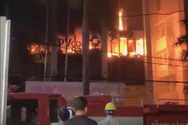 Cháy lớn ở tòa nhà dầu khí, nhiều người mắc kẹt, 1 người tử vong - Ảnh 1.