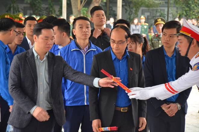 Thủ tướng Nguyễn Xuân Phúc tới viếng 3 chiến sĩ hy sinh ở Đồng Tâm - Ảnh 11.