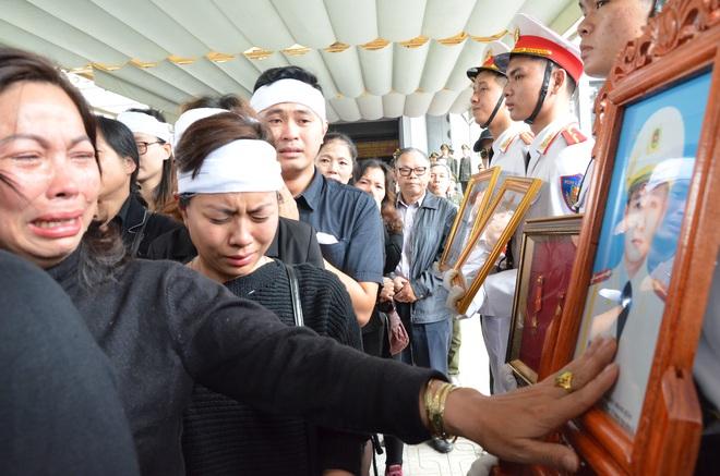 Nghẹn ngào tiễn đưa 3 liệt sĩ hy sinh tại Đồng Tâm - Ảnh 21.
