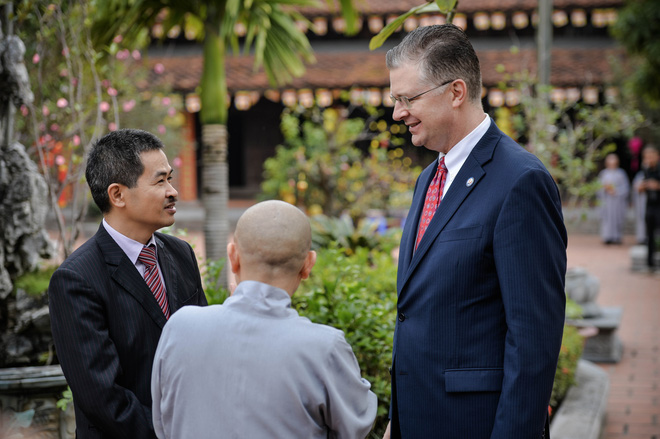 Đại sứ Mỹ thả cá chép tiễn ông Táo, chúc mừng năm mới bằng tiếng Việt - Ảnh 1.