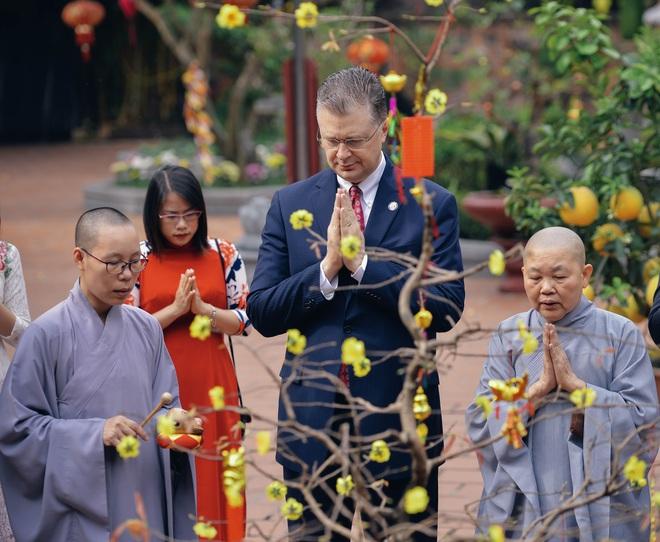 Đại sứ Mỹ thả cá chép tiễn ông Táo, chúc mừng năm mới bằng tiếng Việt - Ảnh 6.
