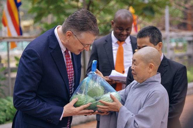 Đại sứ Mỹ thả cá chép tiễn ông Táo, chúc mừng năm mới bằng tiếng Việt - Ảnh 3.