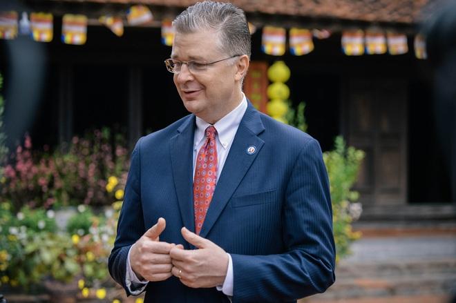 Đại sứ Mỹ thả cá chép tiễn ông Táo, chúc mừng năm mới bằng tiếng Việt - Ảnh 8.