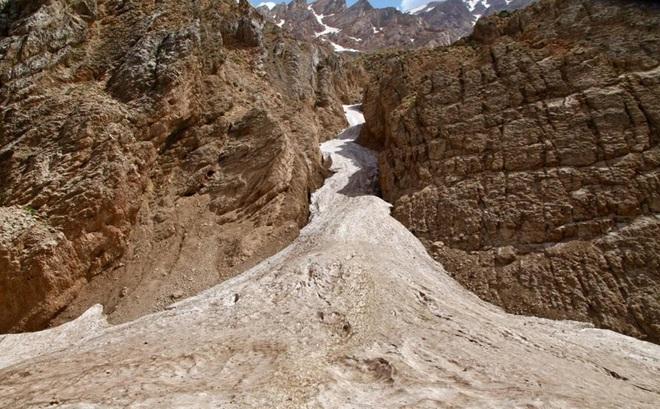 Giải mã bí ẩn dòng sông băng nằm giữa sa mạc khô cằn