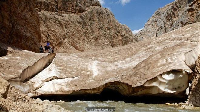 Giải mã bí ẩn dòng sông băng nằm giữa sa mạc khô cằn - Ảnh 1.